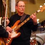 Als Bassist ist Bernd Adam mitverantwortlich für den Groove der Band. Foto: Bernd Adam