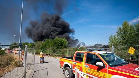 Das Dach einer Lagerhalle nahe des sogenannten Gerberhauses ist bei Schweißarbeiten in Brand geraten. Die Rauchwolken waren bis Groß-Gerau und Alzey sichtbar. Foto: Lukas Görlach