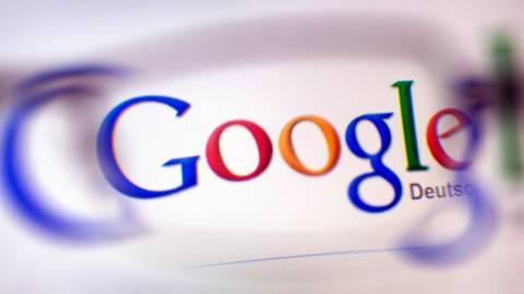 Das Google-Logo auf einer Webseite. Gesehen durch ein Brillenglas. Foto: dpa