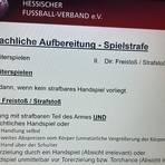 """Über das Thema """"Handspiel"""" referiert Tobias Panzer während einer Sitzung der Fußball-Schiedsrichter.  Foto: Tim Straßheim"""
