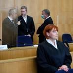 Markus H. (r.), Mitangeklagter im Mordfall Lübcke, steht im Gerichtssaal. Der Hauptangeklagte Stephan Ernst (2.v.l.) soll den nordhessischen Regierungspräsidenten Lübcke vor einem Jahr auf dessen Terrasse erschossen haben, weil sich der CDU-Politiker für Flüchtlinge eingesetzt hatte.  Archivoto: dpa