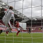 Massig Platz: RB-Stürmer Yussuf Poulsen kann komplett unbedrängt zum 2:0 einschieben. 05-Keeper Flo Müller muss das schludrige Abwehrverhalten seiner Vorderleute ausbaden. Foto: Patrick Scheiber/Jan Huebner