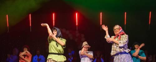"""In 35 Jahren hat die Gruppe """"Fantasy"""", hier bei einem Auftritt bei einer Prunksitzung des 1. CCRW 2017, viele verschiedene Kostüme angesammelt. Foto: Thorsten Gutschalk"""