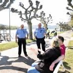 Eric Schick und Jürgen Lang (v.l.) von der Ordnungspolizei Rüdesheim setzen bei Kontrollen auf Einsicht der Bürger. Foto: Heinz Margielsky