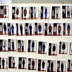 Die einzelnen Outfits als Fotos an der Wand. Foto: Kossiwakis