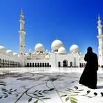 Verschleierte Frau vor der Sheikh-Zayed-Moschee im Emirat Abu Dhabi. Foto: N. Eisele-Hein