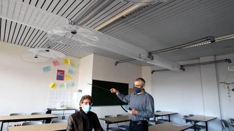 Forscher des Mainzer Max-Planck-Instituts für Chemie (MPIC) testen seit dem Sommer an der IGS Mainz-Bretzenheim eine Abluftanlage Marke Eigenbau, die gerade im Corona-Herbst und -Winter helfen könnte, den Schulbetrieb aufrecht zu erhalten. Foto: hbz/Jörg Henkel