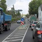 Dicht an dicht stehen die Autos und Lastwagen im Stau auf der B 9 bei Nierstein. Das stellt für die Feuerwehren im Fall eines Einsatzes ein Problem dar. Foto: hbz/Jörg Henkel