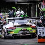 Sven Müller steigt ins Auto. Beim Saisonfinale auf dem Circuit Paul Ricard läuft das Auto nicht so, wie es sich Müller und sein Team vorgestellt haben. Foto: Porsche