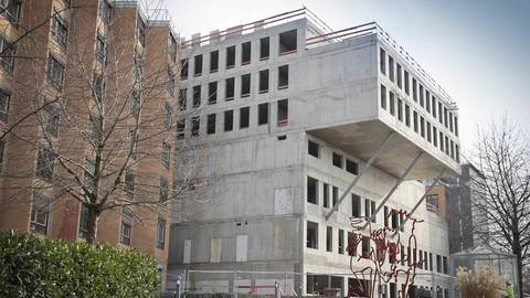 Die künftige Bettenstation ist schon gut zu erkennen: Sie ragt wie ein Riegel aus dem Joho-Neubau hervor. Daneben (links) das bestehende Bettenhaus. Foto: Sascha Kopp