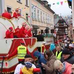 Die Gastgeber des Clubs der Carnevalfreunde Assmannshausen (CCA) zeigen sich spendabel auf ihrem Prunkwagen. Foto: Thorsten Stötzer