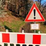 Ein Ärgernis für viele Kehlnbacher Bürger: Der Fußweg nach Gladenbach ist wegen zuviel Totholz gesperrt.  Foto: Michael Tietz