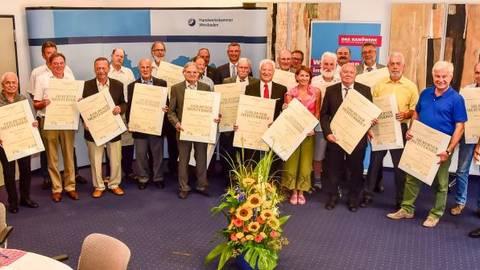 Tragen seit 50 Jahren ihren Meistertitel: die 22 Handwerker, darunter als einzige Frau die Friseurmeisterin Ulrike Wiemer aus Nordenstadt. Foto: Volker Watschounek  Foto: Volker Watschounek