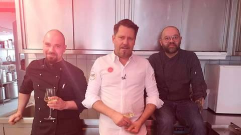 """Sie sind in der Kochshow zu sehen, Sebastian Weinert (v.l.), die """"rechte Hand"""" des Neuhof-Chefs, Moderator Mike Süsser sowie der ehemalige Leuner Hendrik Ketter. Foto: Good Times"""