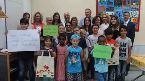 Anne Spiegel (hintere Reihe, 4. von links) besuchte die Kinder der Ferienfreizeit mit ihren Betreuerinnen. Foto: Lisa-Marie Vogel  Foto:  Lisa-Marie Vogel
