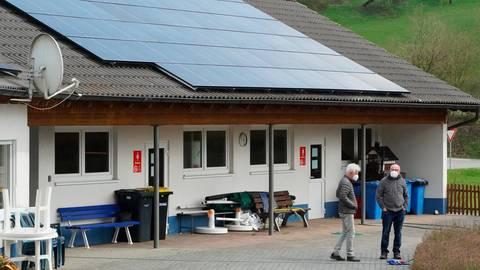 Markante Installation: Über zwei Dachflächen des Betriebsgebäudes des Naturerlebnisbads Siegbach dehnt sich nun eine Photovoltaikanlage aus. Die Anlage liefert bis zu 30 000 Kilowattstunden Sonnenstrom im Jahr. Foto: Katrin Weber