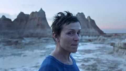 """Frances McDormand in einer Szene aus dem Film """"Nomadland."""" Das Road-Movie gehört mit sechs  Nominierungen auch bei der Oscar-Verleihung am Sonntag zu den Favoriten. Fotos: dpa"""