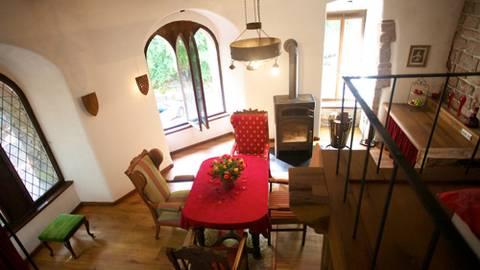 Das Zimmer im Barabarossaturm - hier kann man sich für eine Nacht wie ein Burgfräulein fühlen. Fotos: Burg Berwartstein, Burgenwelt