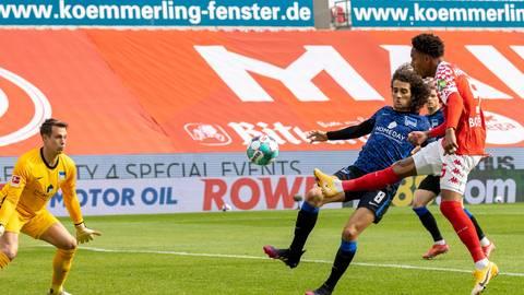 Technisch stark spielt der 05er Jean-Paul Boetius (rechts) den Ball aus spitzem Winkel noch an die Latte. Die Mainzer erspielten sich gegen Hertha mehrere gute Möglichkeiten, treffen aber nur einmal.  Foto: Sascha Kopp