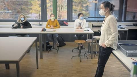 Die Hygieneregeln könnten im Klassenraum gar nicht eingehalten werden.  Foto: dpa