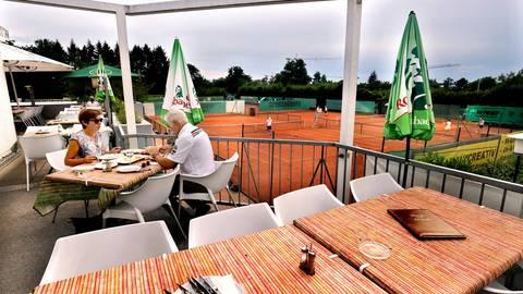Unten auf den Tennisplätzen schnelle Ballwechsel, oben, auf der Terrasse des Clubrestaurants des TCB 2000 in Bessungen, eine Bedienung, die auf zack ist. Foto: Andreas Kelm