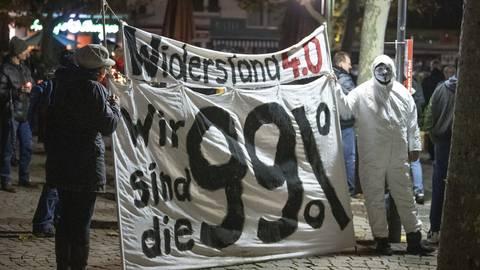 Teilnehmer einer Demo gegen die Corona-Beschränkungen vor der Paulskirche in Frankfurt.  Foto: dpa