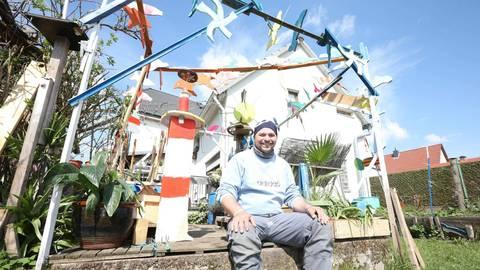Mit Kunst aus Recycling-Material möchte Künstler Ralf Engel anderen Menschen in schwierigen Zeiten eine Freude machen. Foto: Melanie Schweinfurth