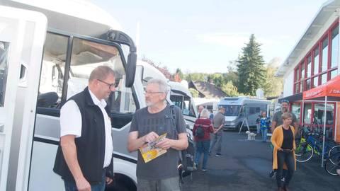 Trotz des großen Kundeninteresses blieb bei der Herbstmesse von Müller-Mobil genug Zeit für persönliche Beratungsgespräche. Foto: Potengowski