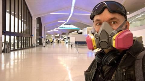 Ralf Graebner, hier im menschenleeren New Yorker Flughafen Newark vor seinem Rückflug nach Europa, hat sich bereits im Februar eine Schutzmaske im Internet bestellt; für viele Amerikaner war das Coronavirus noch lange kein Thema. Foto: Ralf Graebner