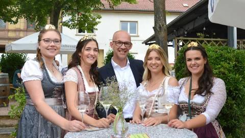 Bürgermeister Marc Ullrich (Mitte) freut sich mit den Weinmajestäten auf nächstes Jahr. Foto: Daniela Ritter