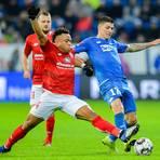 Der Mainzer Pierre Kunde Malong (l.) und Hoffenheims Steven Zuber kämpfen um den Ball. Foto: dpa