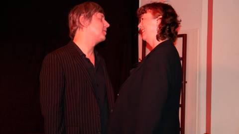 Alix Dudel und Sebastian Albert auf der Bühne im Alsfelder Marktcafé. Foto: Kalbfleisch