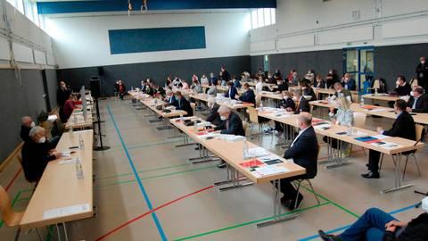 Alle schön mit Abstand: Die konstituierende Sitzung des Licher Stadtparlaments fand in der Sport- und Kulturhalle Muschenheim statt.  Foto: Kächler