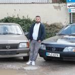Opel-Liebhaber Askin Özkan mit seinem Ascona C (links) und dem Rekord E 2. Beide Oldtimer sind stolze 36 Jahre alt. Foto: Thorsten Gutschalk