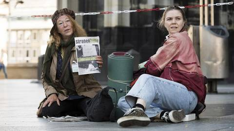 Monika Keller (Rike Eckermann, links) verkauft am Dom Obdachlosenzeitungen. Sie hilft Ella Jung (Ricarda Seifried), die gerade erst lernt, sich auf der Straße durchzuschlagen. Foto: ARD