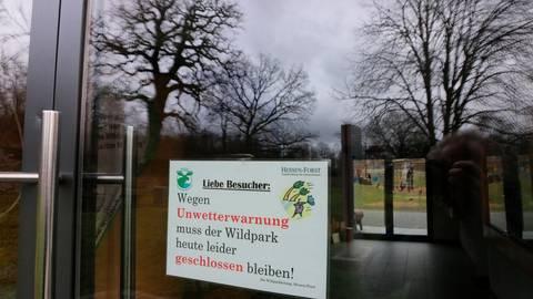 """""""Sabine"""" hat dafür gesorgt, dass auch der Weilburger Wildpark am Montag aus Sicherheitsgründen geschlossen blieb. Ob er am Dienstag wieder göffnet werden kann, soll am Morgen entschieden werden.  Foto: Jürgen Vetter"""