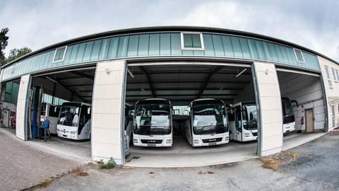 Seit einem Jahr stehen die Busse des Reiseunternehmens Kollerer in der Garage in Lorsch und warten auf ihren nächsten Einsatz. Für Busbetriebe im Kreis Bergstraße sind die stillgelegten Fahrzeuge eine finanzielle Belastung. Archivfoto: Sascha Lotz