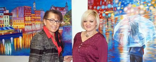 """Helena Altmann (links) und Lena Westenberger haben ihre Gefühle und die Freude am Malen in Bilder übersetzt und präsentieren unter dem Titel """"Leinwand als Spiegel der Leidenschaft"""" ihre farbenfrohen Werke. Foto: Gudrun Hausl"""