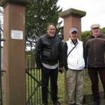 Die beiden Gäste aus den Vereinigten Staaten beim Besuch des jüdischen Friedhofs von Angenrod: James Derheim (links) und Caroline Gries zusammen mit Angenrods Schlüsselverwalter des jüdischen Friedhofs, Ernst-Dieter Schlosser. Foto: Stahl