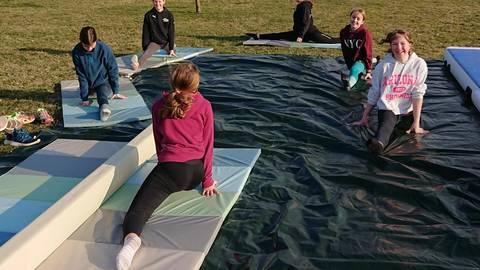 Die Turnerinnen der TSG Weinheim beim Outdoor-Training auf der Zeltwiese des Weinguts Born. Foto: Inka Trapp