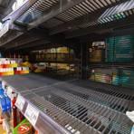 Auch in rheinhessischen Supermärkten sind Regale teilweise leer gekauft, so sieht es in einem Markt in Sonsbeck in Nordrhein-Westfalen aus. Insbesondere Nudeln, Reis, Konserven und Desinfektionsmittel sind vielerorts vergriffen. Foto: dpa