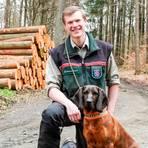 """Leitet seit dem 1. April das beim Forstamt Wetzlar angesiedelte Gemeinschaftsrevier Mittenaar-Sinn: Johannes Hagemann, hier mit seinem Hund """"Heidi"""". Foto: Katrin Weber"""