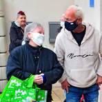 Einfach ein bisschen quatschen: Ralf Blümlein mit Tafel-Besuchern in Heidesheim. Fotos: Thomas Schmidt