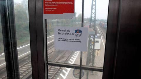 Der Aufzug auf Gleis 1 und 2 am Bischofsheimer Bahnhof ist seit Juli gesperrt. Foto: hbz/Jörg Henkel