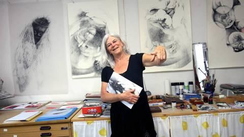Kaum erscheint der eine, da könnte Carmen Stahlschmidt auch schon wieder einen neuen Katalog herausbringen. 20 bis 50 Zeichnungen und fünf bis zehn Skulpturen schafft die Künstlerin im Jahr. Foto: hbz/Michael Bahr