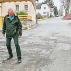 """Bürgermeister Bernd Heine begutachtet die Schäden in der Schnurgasse und sagt: """"Es besteht dringender Handlungsbedarf.""""  Foto: Jenny Berns"""