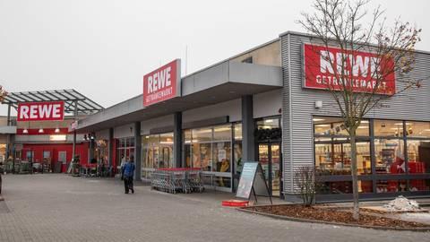 Der Rewe-Markt in der Adam-Opel-Straße wird derzeit modernisiert. Foto: Vollformat/Volker Dziemballa