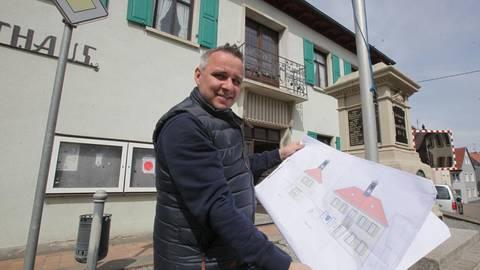 Die Pläne sind überarbeitet und fertig: Zur Freude von Ortsbürgermeister Sascha Leonhardt kann es demnächst mit dem Umbau des 1820 erbauten Gebäudes losgehen. Foto: pakalski-press/Axel Schmitz