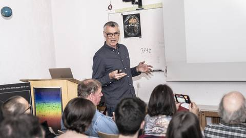 Über Kleinkörper im Sonnensystem spricht Erwin Schwab in der Sternwarte Heppenheim. Foto: Arne Schumacher