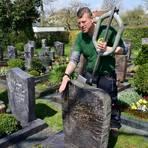 Stephan Koch, Sachkundiger für Grabmalprüfungen, testet die Standfestigkeit eines Grabsteines mit seinem Messgerät.  Foto: Lothar Rühl